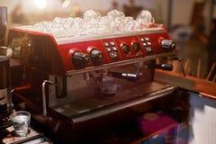 Weiblicher Barmixer an dem Arbeitsplatz Mädchen macht Kaffee unter Verwendung der Maschine , Cappuccino, Shop, das - Konzept der  lizenzfreies stockbild