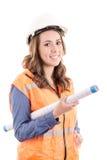 Weiblicher Bauarbeiter, der Blaupausen liest Lizenzfreie Stockbilder