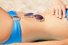 Weiblicher Bauch, Bikini und Schatten Stockfoto
