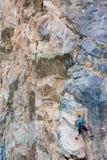 Weiblicher Bergsteiger auf einem Felsen Stockfotografie