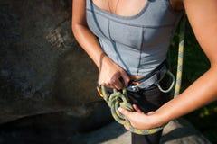Weiblicher Bergsteiger, bei der Sicherheitsgurtbindung fangen acht Knoten ein Lizenzfreie Stockfotografie
