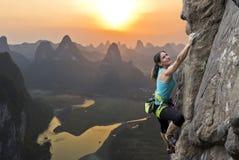 Weiblicher Bergsteiger in China Stockbild