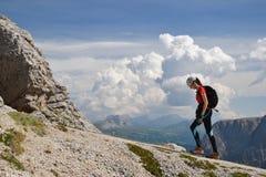 Weiblicher Bergsteiger, der auf Piz DA Cir geht lizenzfreies stockfoto