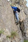 Weiblicher Bergsteiger ein über Ferrata Stockbilder