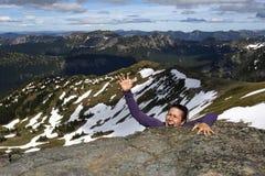 Weiblicher Bergsteiger schreit für Hilfe Stockfotos