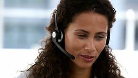 Weiblicher Betreiber, der das Telefon beantwortet stock video footage