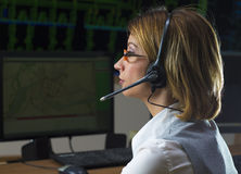 Weiblicher Betreiber mit Kopfhörer im Netzverteilungssteuercer lizenzfreies stockfoto