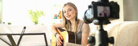 Weiblicher Blogger, der Art Musical Vlog Content herstellt stockfotografie