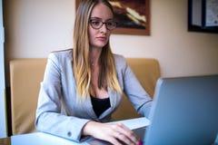 Weiblicher Blogger, der Artikel auf Notizbuch schafft Frauen, die auf netbook Gerät mit Monotype setzen lizenzfreies stockfoto