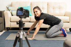 Weiblicher Blogger, der einige Eignungsratschläge gibt Lizenzfreie Stockfotografie