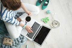 Weiblicher Blogger mit Laptop und Tasse Kaffee Lizenzfreies Stockbild