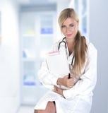 Weiblicher blonder Doktor mit Impfspritze Lizenzfreies Stockbild
