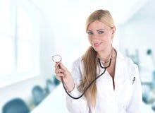 Weiblicher blonder Doktor mit Impfspritze Stockfotografie