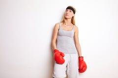 Weiblicher Boxer, der auf Wand sich lehnt Lizenzfreies Stockfoto