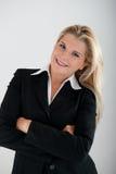 Weiblicher Büroangestellter mit FALTBLATT Stockbild