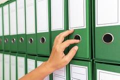 Weiblicher Buchhalter, der Geschäftsdokumentation archiviert Lizenzfreie Stockfotos