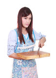 Weiblicher Chef, der den Hackklotz und das Messer hält Stockbild