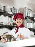 Weiblicher Chef-Mixing Egg With-Draht wischen in der Schüssel Stockbilder