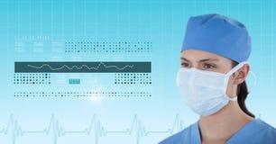 Weiblicher Chirurg, der medizinische Grafiken betrachtet Lizenzfreies Stockbild