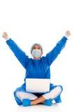 Weiblicher Chirurg, der mit Laptop sich freut Stockfotografie