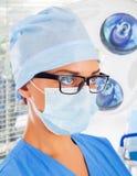 Weiblicher Chirurg mit medizinischen Geräten Stockfoto