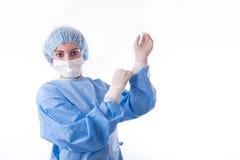 Weiblicher Chirurg oder Krankenschwester, die auf sterile Handschuhe sich setzen Lizenzfreie Stockbilder