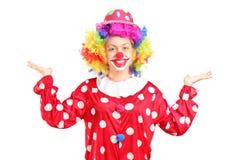 Weiblicher Clown, der mit den Händen gestikuliert Lizenzfreie Stockfotografie
