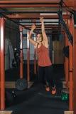 Weiblicher Crossfit-Trainer in der Aktion lizenzfreie stockfotografie