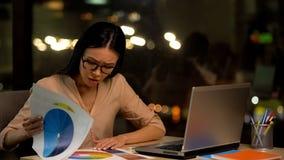 Weiblicher Designer, der Palettenfarbe, kreative Besetzung, Fristen?berlastung sucht lizenzfreie stockfotografie