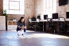 Weiblicher Designer-Planning Lay-out On-Boden des modernen Büros stockfotografie
