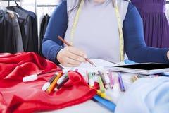 Weiblicher Designerzeichnungsentwurf mit Bleistift Lizenzfreie Stockfotos