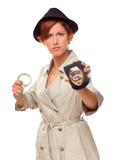 Weiblicher Detektiv mit Handschellen und Abzeichen Lizenzfreie Stockbilder