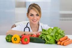 Weiblicher Diätetiker mit Gemüse Stockbilder