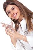 Weiblicher Doktor, der ein Glas Wasser anhält lizenzfreie stockfotos