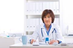 Weiblicher Doktor, der im Büro arbeitet Lizenzfreie Stockfotos