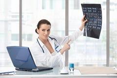 Weiblicher Doktor, der medizinischen Scan erklärt Lizenzfreies Stockbild