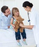 Weiblicher Doktor, der mit einem Kindpatienten spielt Lizenzfreie Stockbilder