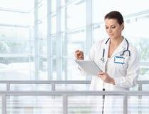 Weiblicher Doktor, der Tablette im Krankenhaus verwendet Stockbilder