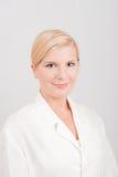 Weiblicher Doktor in der weißen Uniform Stockbild