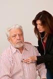 Weiblicher Doktor examins Mannespatient Lizenzfreie Stockfotos