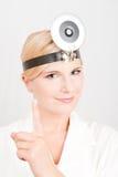 Weiblicher Doktor mit einem Stethoskop Stockfotografie