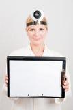 Weiblicher Doktor mit Faltblatt. Exemplarplatz Lizenzfreie Stockbilder