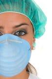 Weiblicher Doktor mit Operationskleid Lizenzfreies Stockbild