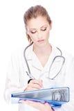 Weiblicher Doktor mit Papieren und Stethoskop Lizenzfreie Stockbilder