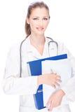 Weiblicher Doktor mit Papieren und Stethoskop Lizenzfreie Stockfotografie
