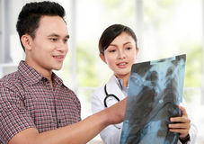 Weiblicher Doktor mit Patienten Lizenzfreie Stockfotos