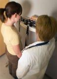 Weiblicher Doktor mit Patienten   Stockfotografie