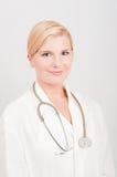 Weiblicher Doktor mit Stethoskop Stockbild