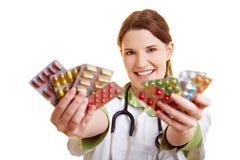 Weiblicher Doktor mit vielen Pillen Stockfoto