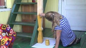 Weiblicher Dorfbewohnerfrauen-Malereipfosten im ländlichen Gartenraum mit Bürste 4K stock footage